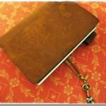 荷物を軽くできる手帳~小さなパスポートサイズのトラベラーズノート(キャメル)
