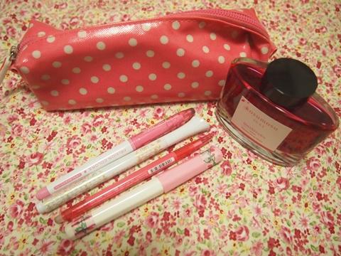 ピンクの筆記用具A